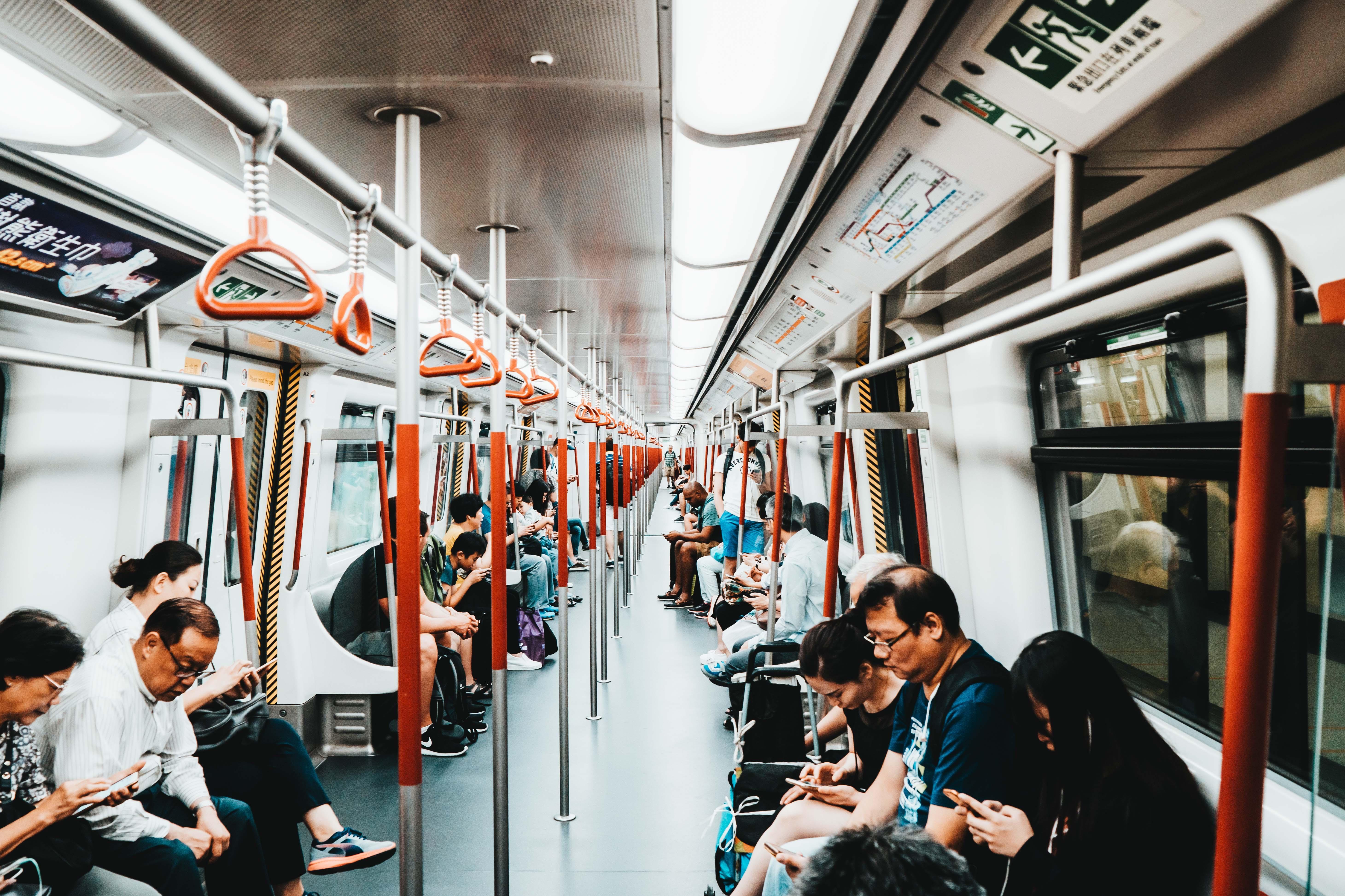 personas en el metro, utilizando smartphones